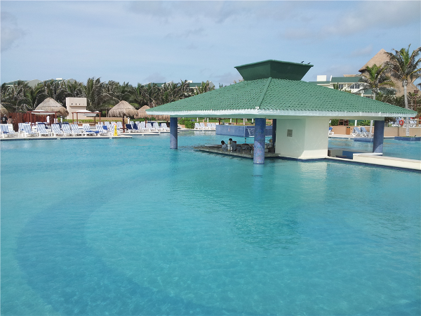 Iberostar Cancun pool and bar