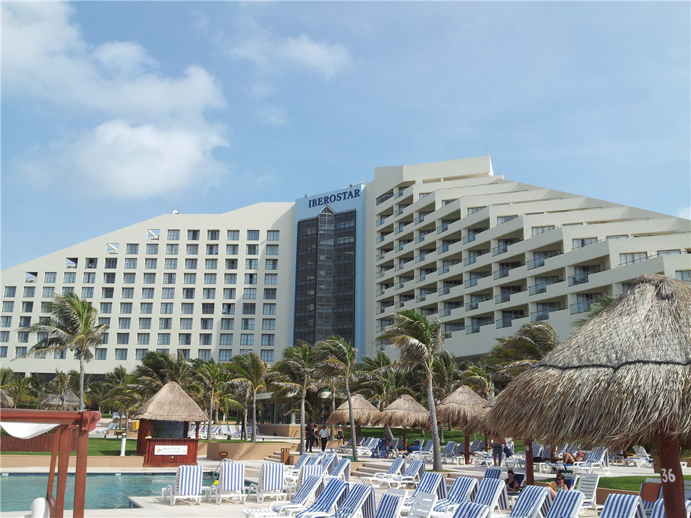 Iberostar Cancun view of the pool and main building