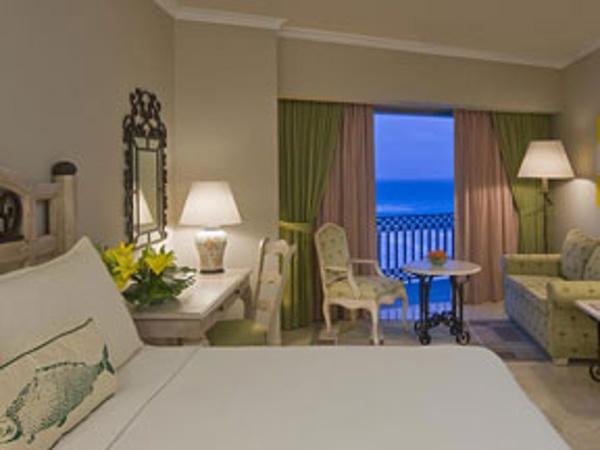 Standard room photos at Sandos Cancun Resort