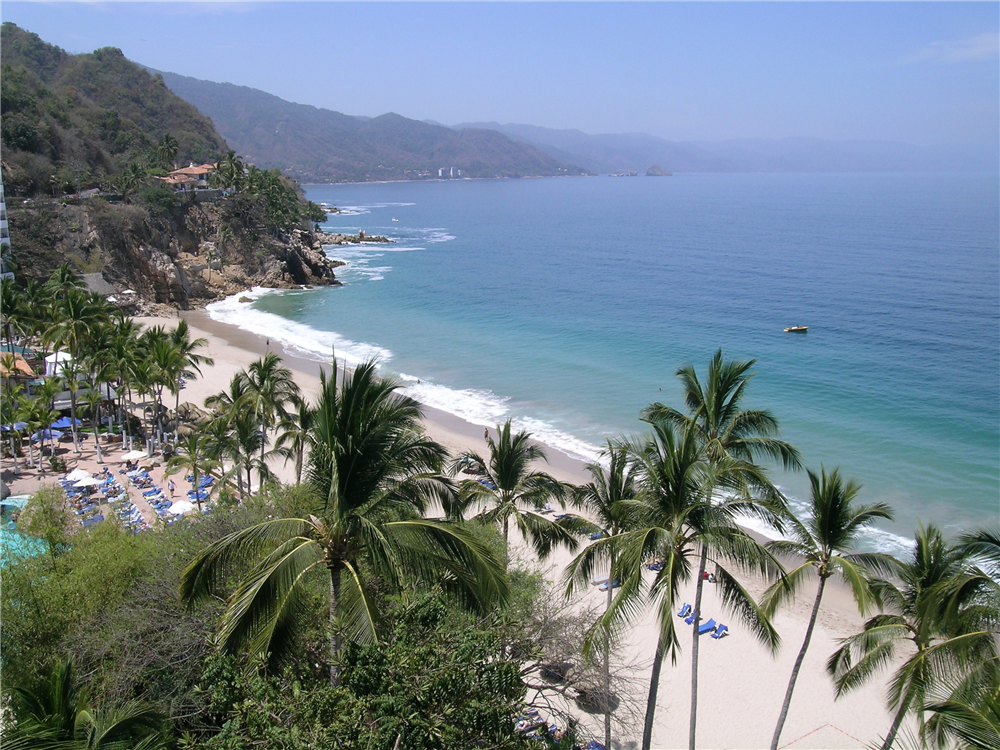 View of the left side of the beach at Dreams Puerto Vallarta
